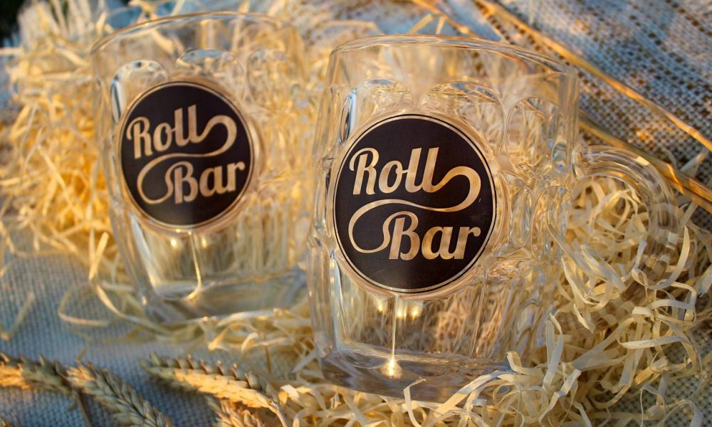 Пить пиво нужно правильно! Пить пиво нужно с правильных бокалов. Мы с радостью предоставляем Вам эту возможность!  Стеклянный бокал с логотипом Roll Bar.  Цена: 150 грн